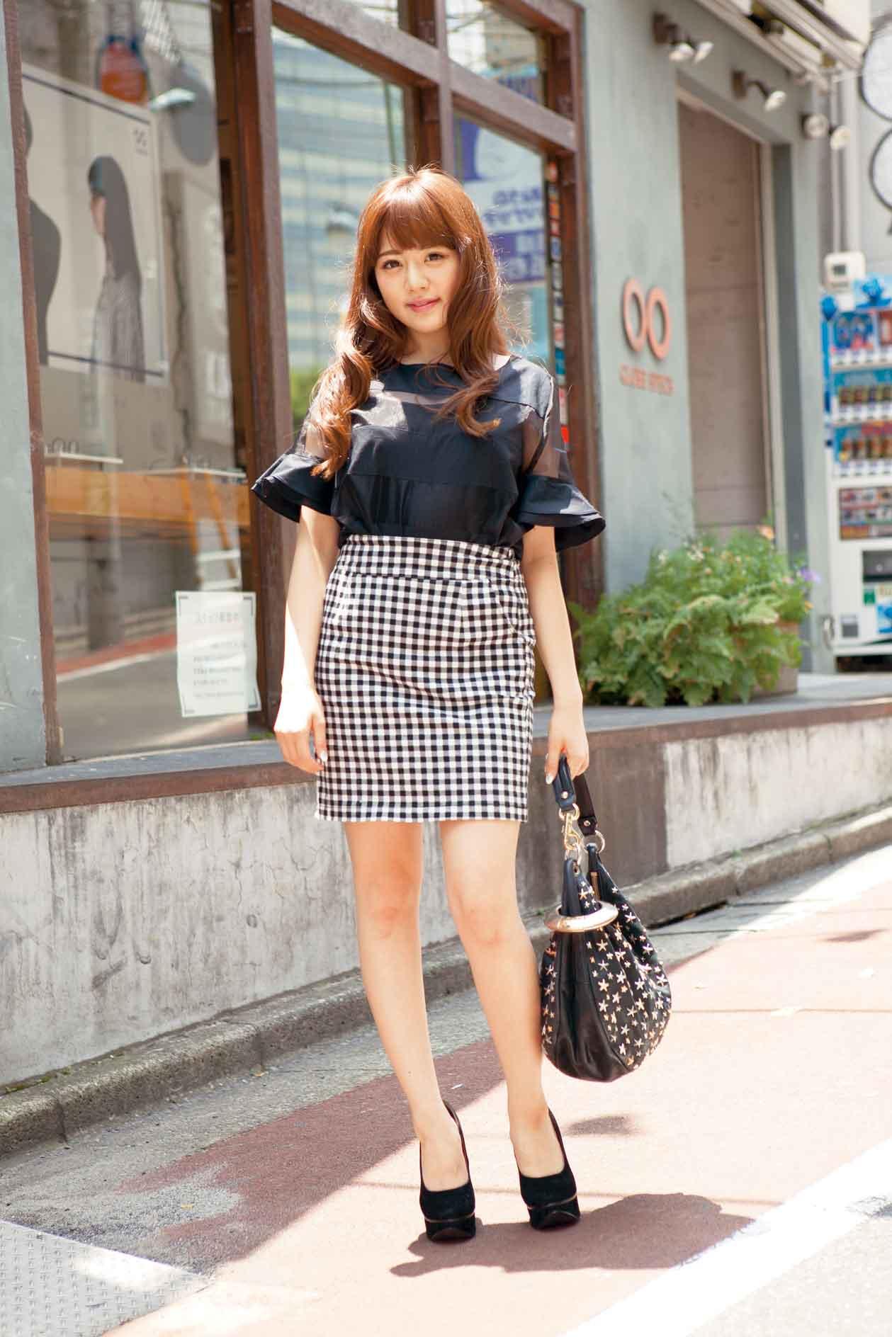 チェックのスカートの伊東紗治子です。